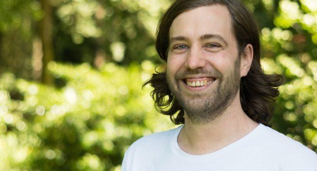 Kilian Gutberlet lächelnd gen sonne vor grünem hintergrund